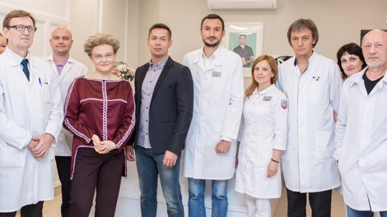 Стас Пьеха вместе с коллективом своей клиники и Еленой Малышевой