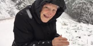 101-летняя бабушка радуется снегу
