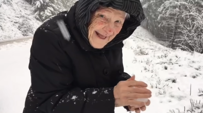 101-річна бабуся радіє снігу