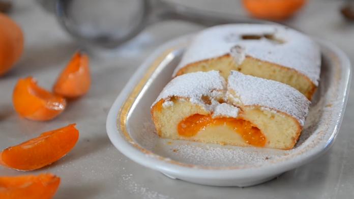 Доступний заливний пиріг з абрикосами до чаю