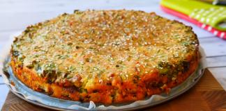 Заливной мясной пирог на сметане с зеленым луком и сыром