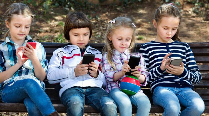 """Дети на прогулке """"сидят"""" в телефонах"""