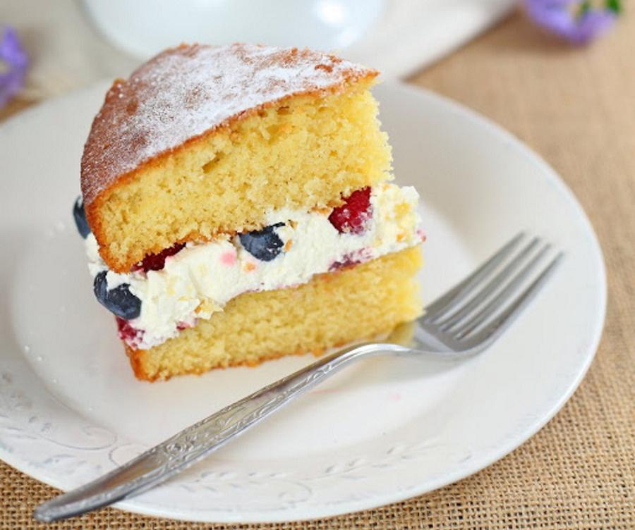 Если пирог разрезать и смазать кремом, получится не хуже торта