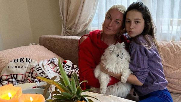 Дочка Волочкової Аріадна відмовилася жити з балериною