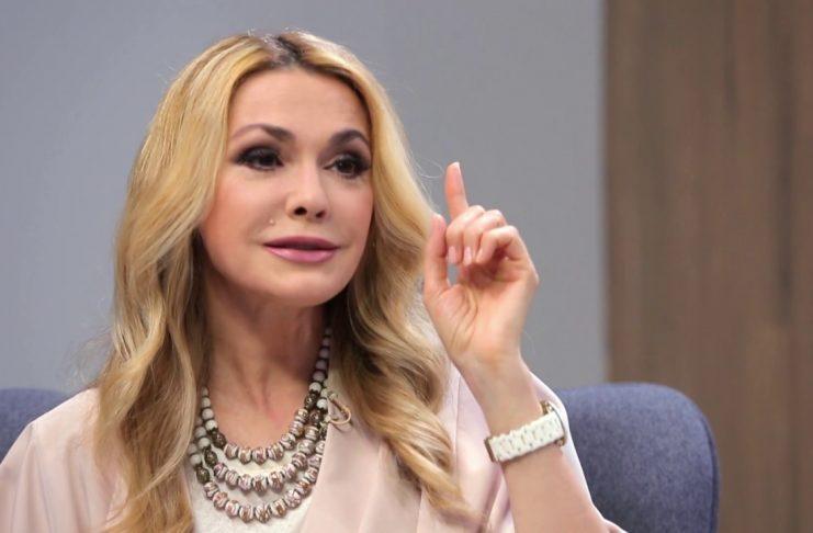 Молодая красотка Ольга Сумская продемонстрировала шикарное тело в пиджаке с открытым декольте