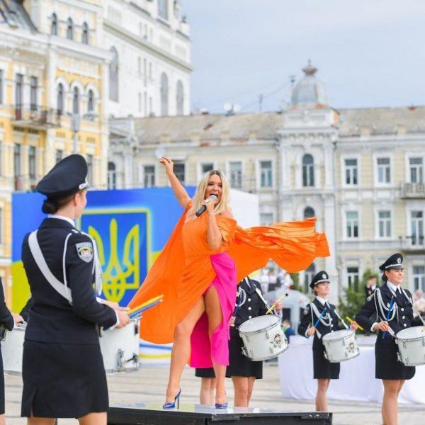 Наталья Могилевская выступила на Софиевской площади в довольно смелом образе