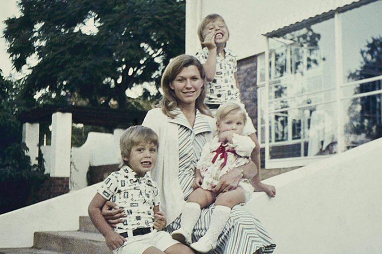 Мэй Маск с детьми: Илоном, Кимбалом и Тоской