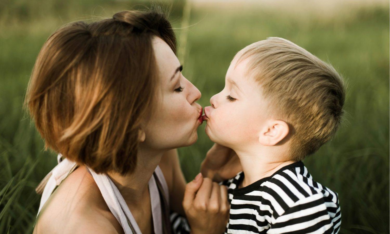 Поцелуи в губы детей опасны