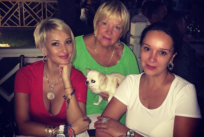 Лера Кудрявцева з мамою і старшою сестрою