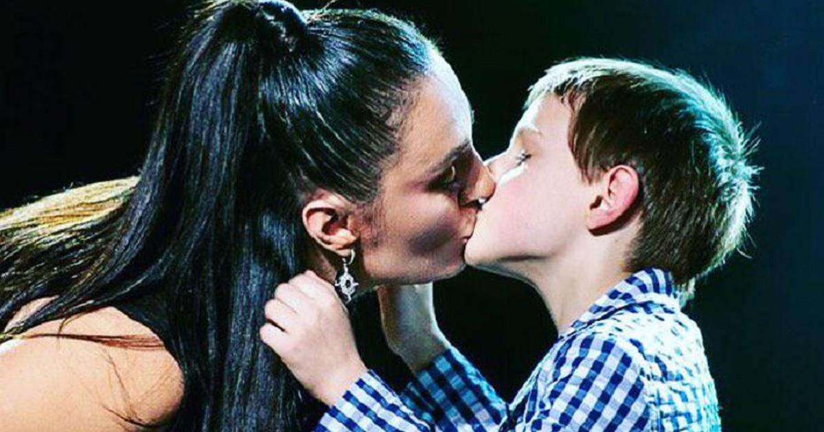 Елена Ваенга с сыном на сцене