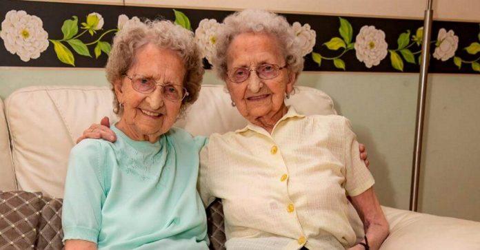 95-річні близнята