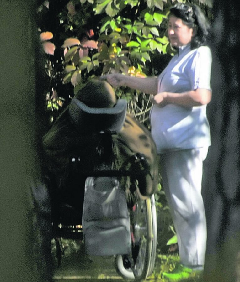 Фото папарацци: Маша Кончаловская на прогулке в коляске