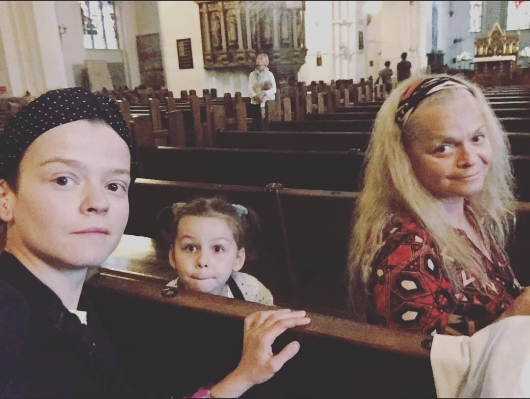 Лариса Долина с дочкой Ангелиной и вкучкой в церкви