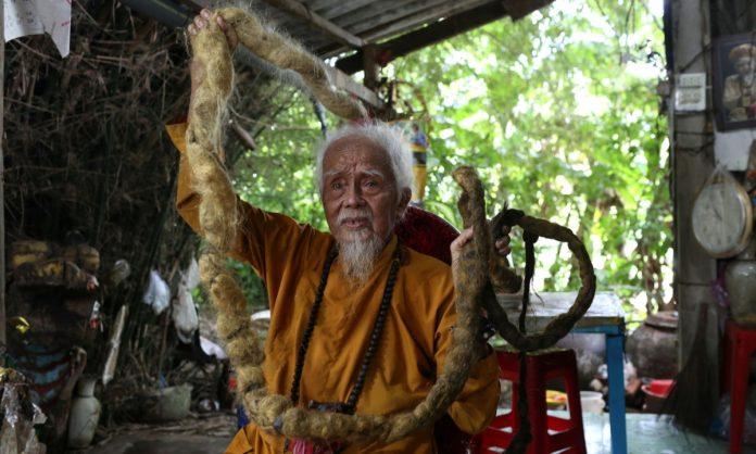Довгожитель з В'єтнаму відростив волосся довжиною 5 метрів