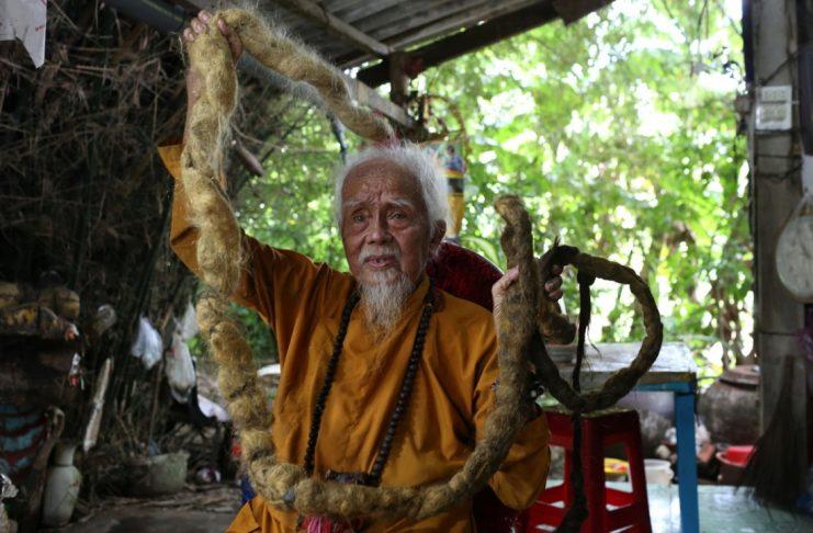 Долгожитель из Вьетнама отрастил волосы длиной 5 метров