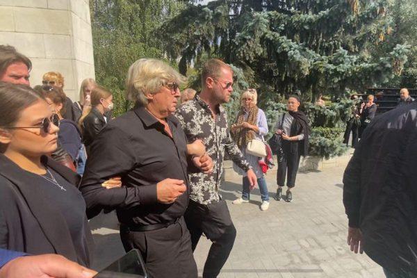 Юрий Фирсов на похоронах жены