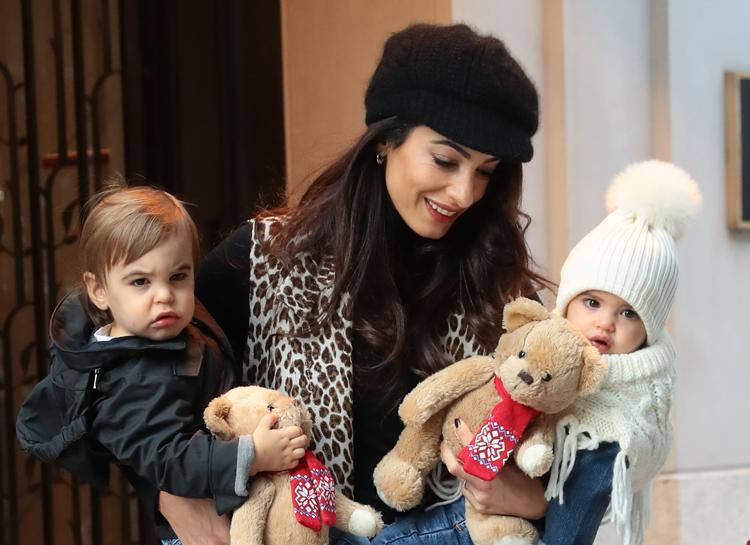Амаль Клуні з двойшянкамі Еллою та Олександром