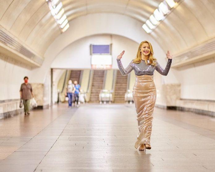 Тіна Кароль спустилася в метро в розкішній сукні