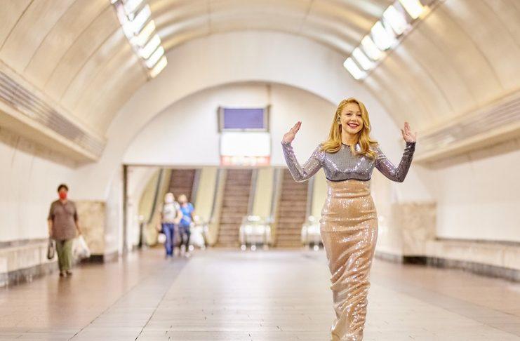 Тина Кароль спустилась в метро в роскошном платье