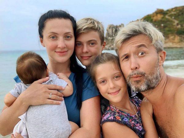 Сергей и Снежана Бабкины со своими детьми