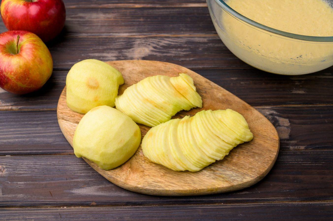 Яблоки можно нарезать с помощью ножа или специальной терки. Должны получиться тоненькие слайсы