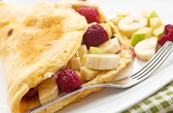 Омлет в фруктами и ягодами