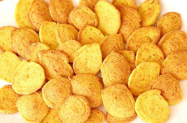 Хрустящие крекеры с луком и сыром