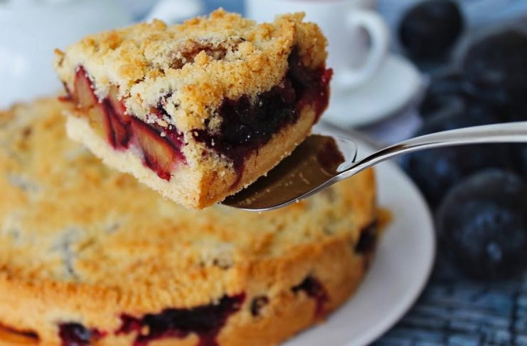 Насыпной пирог со сливами