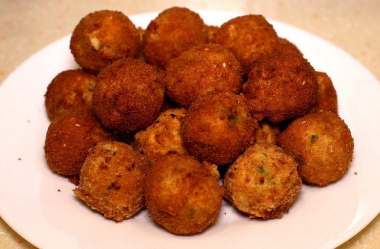 Картофельные пончики з сыром и беконом