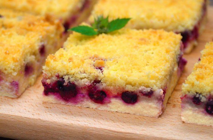 Творожно-ягодный десерт с песочной крошкой