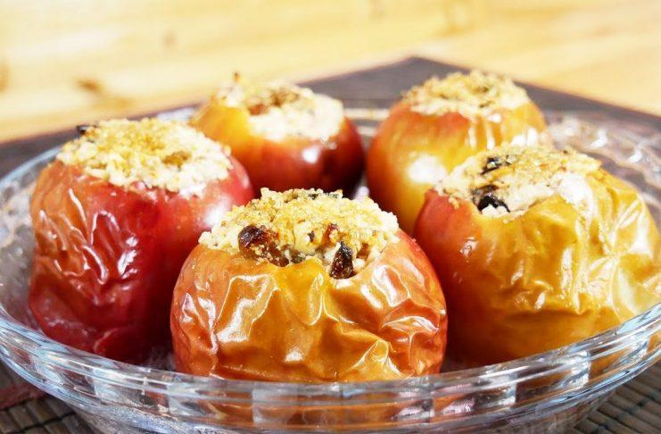 Запеченные яблоки с творогом, орехами и сухофруктами