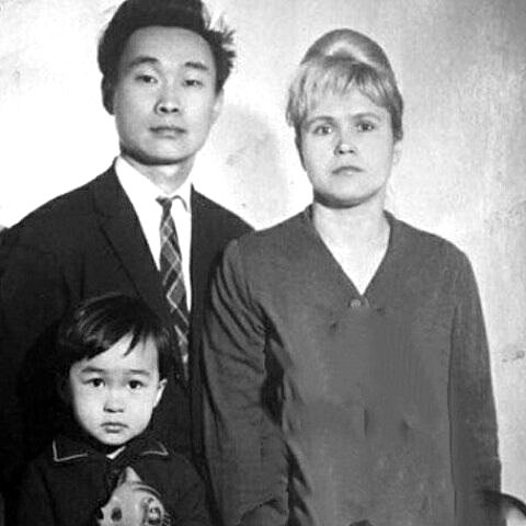 Виктор Цой в детстве с родителями