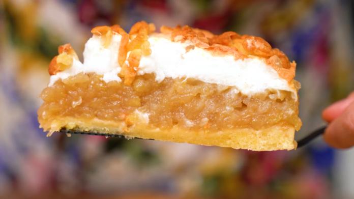 Яблучний пиріг з повітряним безе і хрустким пісочним тістом зверху
