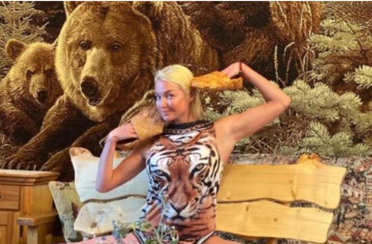 Волочкова в лаптях с тремя медведями