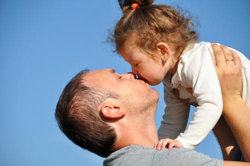 Медики против поцелуев в губы с детьми