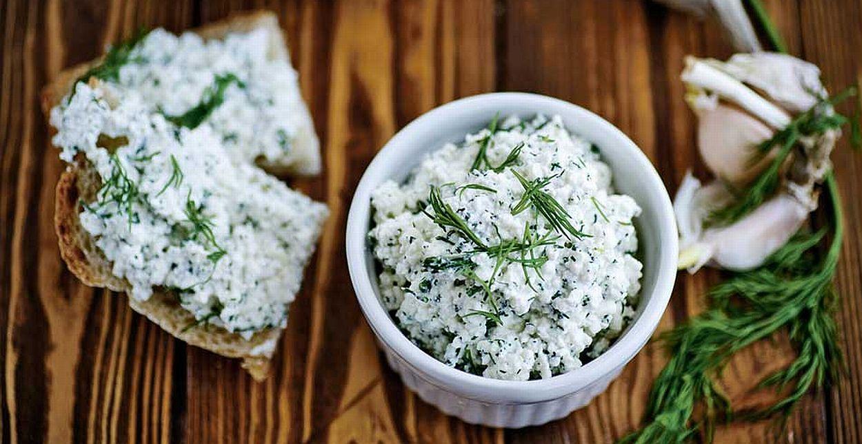 В сырную начинку можно добавить еще зелень и немного чеснока