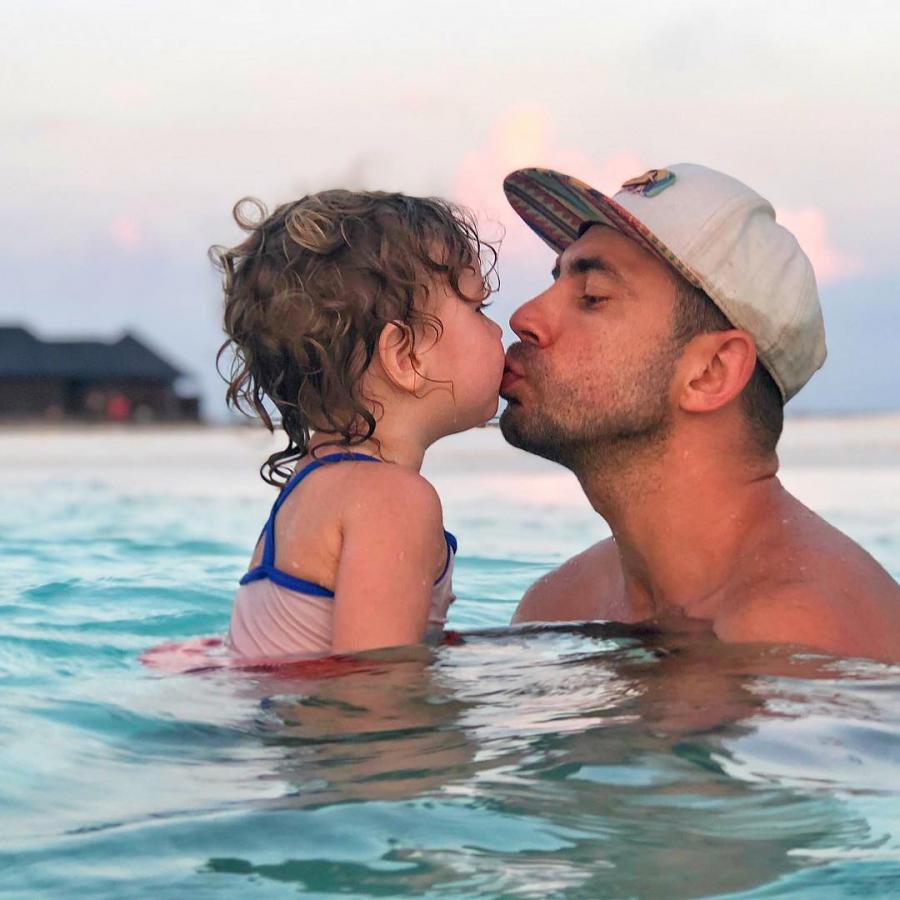 Андрей Бедняков целует дочку