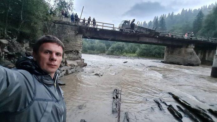 Комаров зафиксировал обвал моста
