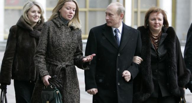 Путітн з дружиною і дочками