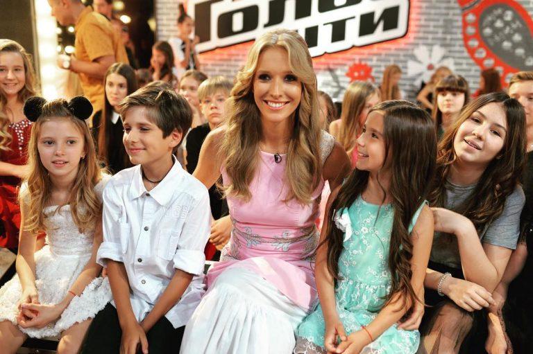 Катя на Голос. Діти. Поруч з нею дочки Ані Лорак Софія