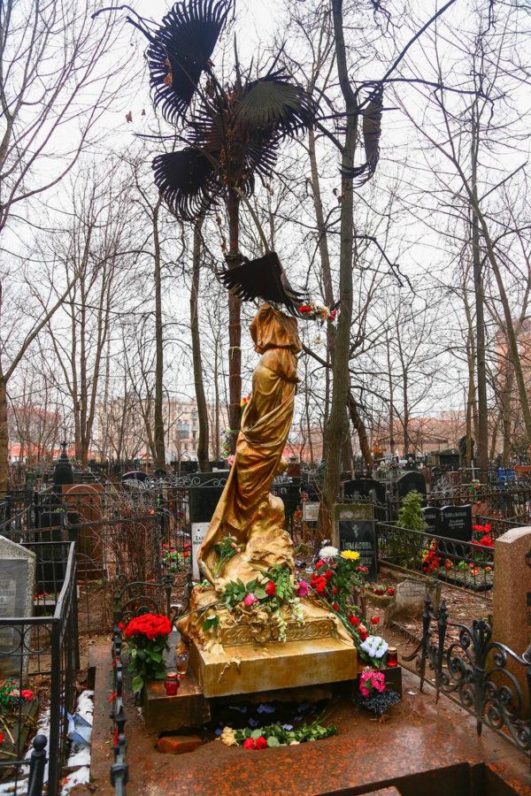На памятник Соньке сейчас добавили листья пальмы, у них тоже символическое значение
