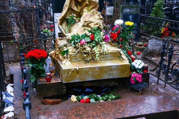 Цветы на памятнике каждый день обновляются