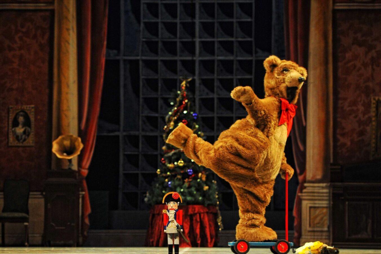 У Канаді ведмідь їздить по сцені на самокаті - креативне рішення