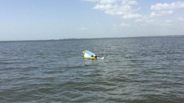 Хозяин собаки, держащийся на плаву благодаря лодке