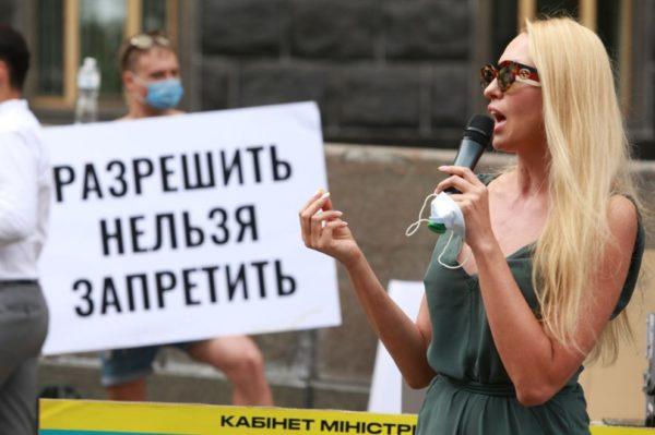 Оля Полякова митингует