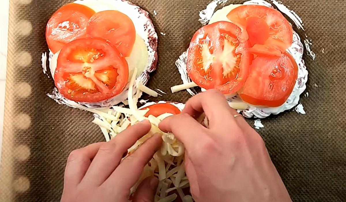 Лук и томаты на котлетах