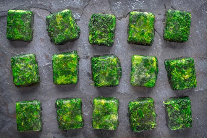Кубики замороженной зелени