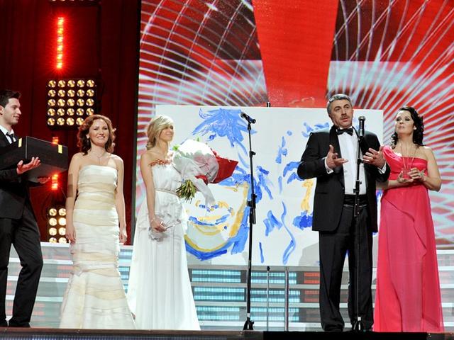 Выступление Комаровского на церемонии. Его жена стоит рядом с Верой Брежневой