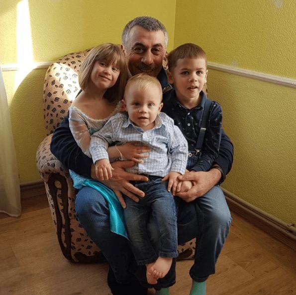 Евгений Комаровский с внуками