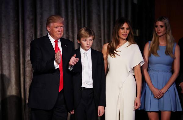Дональд Трамп з молодшим сином, дружиною та старшою донькою